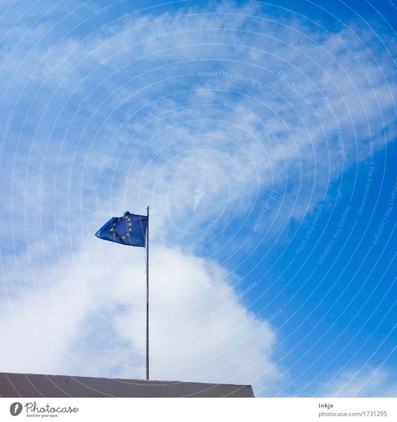 Hart am Wind Himmel Sommer Schönes Wetter Zeichen Netzwerk Fahne Europafahne Europa-Emblem blau Zukunftsangst Gesellschaft (Soziologie) Krise Macht