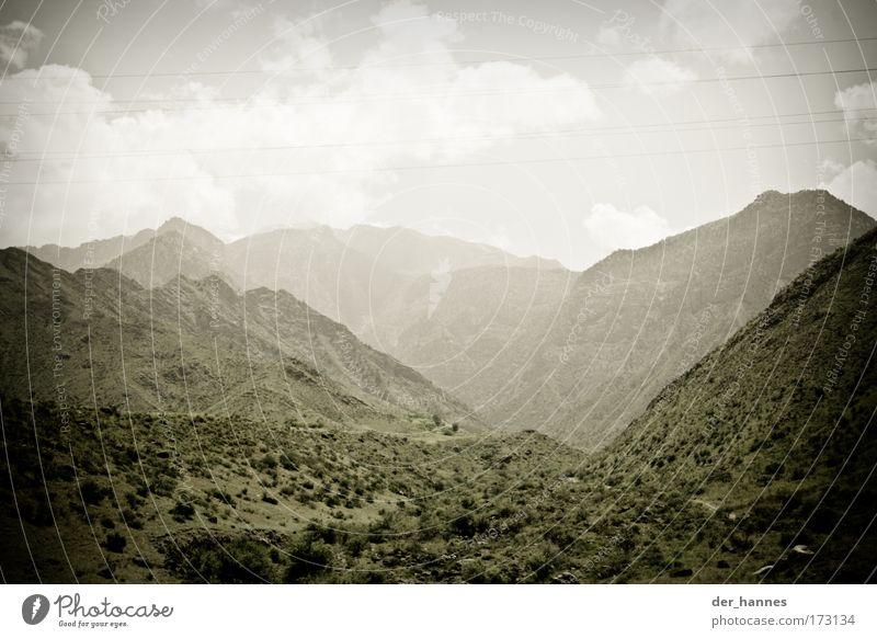 misty Himmel Natur Pflanze Sommer Wolken Wald Umwelt Landschaft Berge u. Gebirge Gras Erde Feld Felsen Nebel Sträucher Spitze