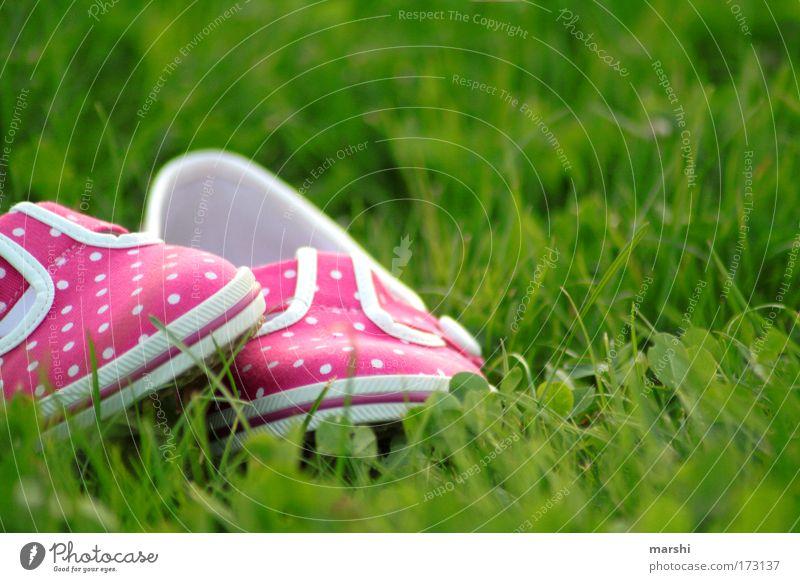 my lovely pink shoes Farbfoto Außenaufnahme Stil Freizeit & Hobby Sommer Fuß Natur Gras Garten Mode Schuhe liegen trendy grün rosa Gefühle Lebensfreude