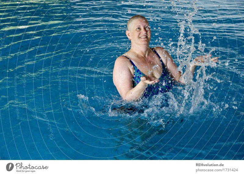 Wasserspaß Mensch Frau Erholung Freude Erwachsene Leben natürlich Bewegung feminin Gesundheit Glück Schwimmen & Baden Gesundheitswesen Zufriedenheit