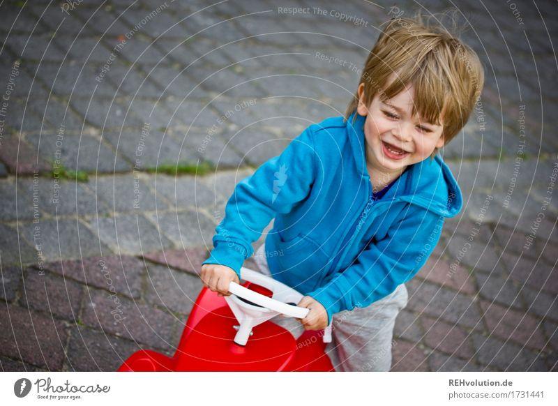Fahrspaß Mensch Kind blau rot Freude lustig Bewegung Junge Spielen lachen Glück klein maskulin PKW Kindheit Fröhlichkeit