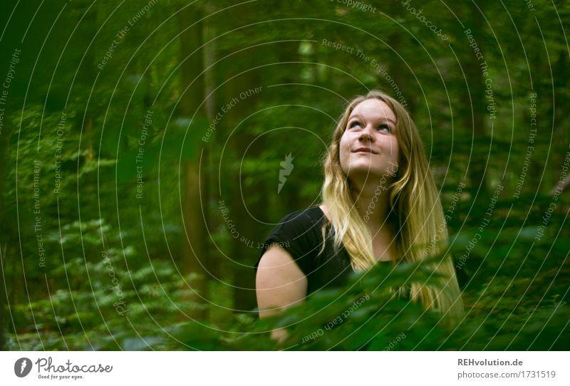 Jacki im Wald Mensch feminin Junge Frau Jugendliche Gesicht 1 18-30 Jahre Erwachsene Umwelt Natur Landschaft Baum Kleid blond langhaarig beobachten Lächeln