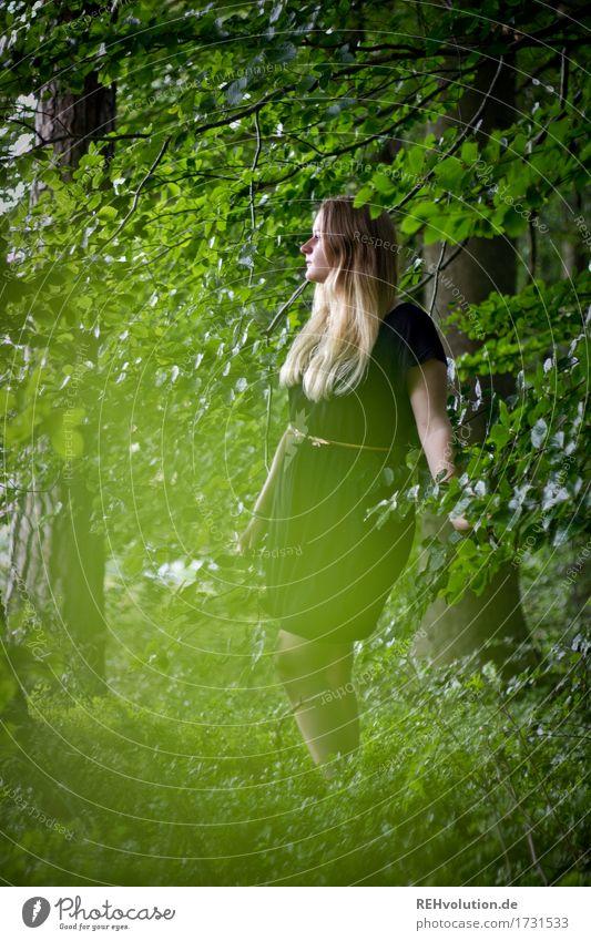 Jacki | im Wald Mensch feminin Junge Frau Jugendliche 1 18-30 Jahre Erwachsene Umwelt Natur Sommer Baum Kleid blond langhaarig beobachten Denken Erholung