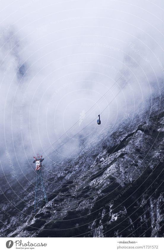In unbekannte Höhen Ausflug Abenteuer Landschaft Wolken schlechtes Wetter Felsen Alpen Berge u. Gebirge Seilbahn Gondel Gondellift entdecken fahren schaukeln