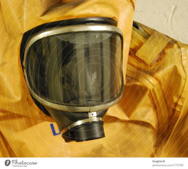 Im Bunker II Farbfoto Innenaufnahme Kunstlicht Kopf 1 Mensch Schutzbekleidung Schutzmaske Schutzanzug Atemschutzmaske Kunststoff bedrohlich gelb gefährlich