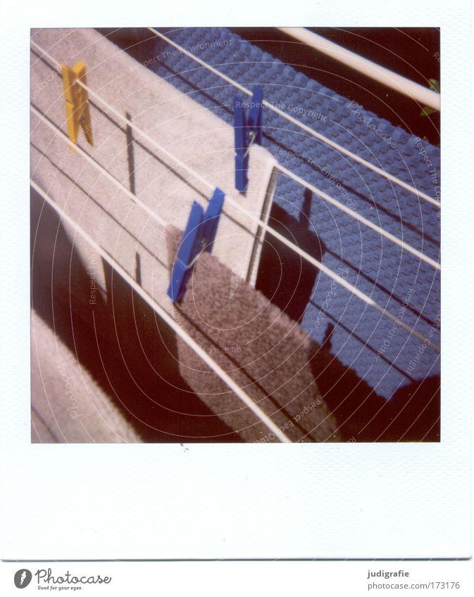 Trocknen Farbfoto Außenaufnahme Polaroid Tag Schatten Ferien & Urlaub & Reisen Sommer Sommerurlaub Häusliches Leben Garten hängen blau braun grau Handtuch