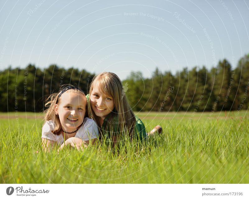 Schwestern II Mensch Kind Frau Natur Jugendliche Mädchen Sommer Freude Leben Wiese feminin Frühling Glück Familie & Verwandtschaft Freundschaft Zufriedenheit