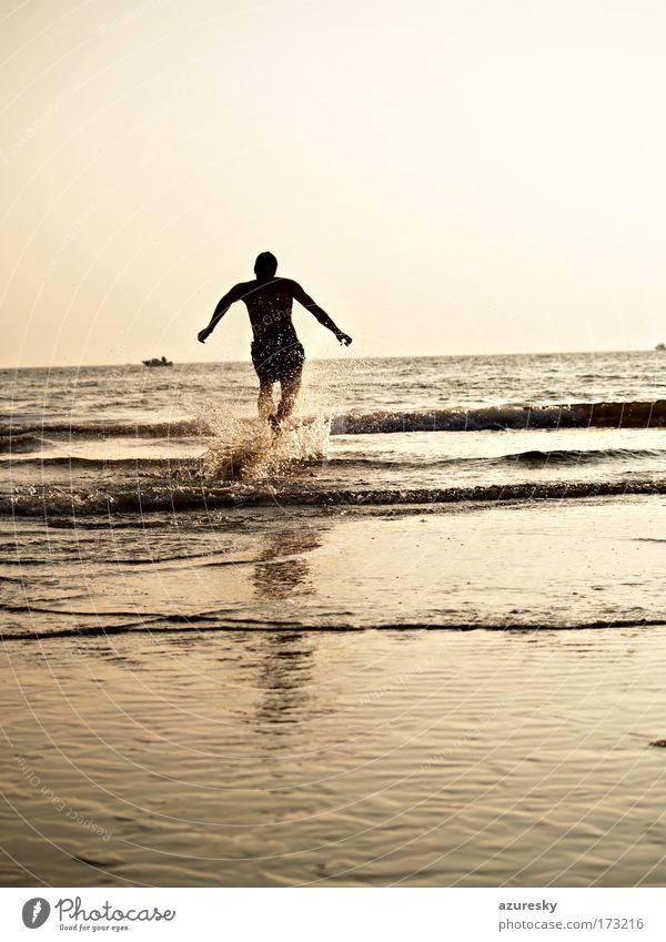 Endlich wieder Wasser Mensch Jugendliche Wasser Sonne Meer Sommer Freude Strand Leben Freiheit Wellen Küste maskulin Wassertropfen Horizont