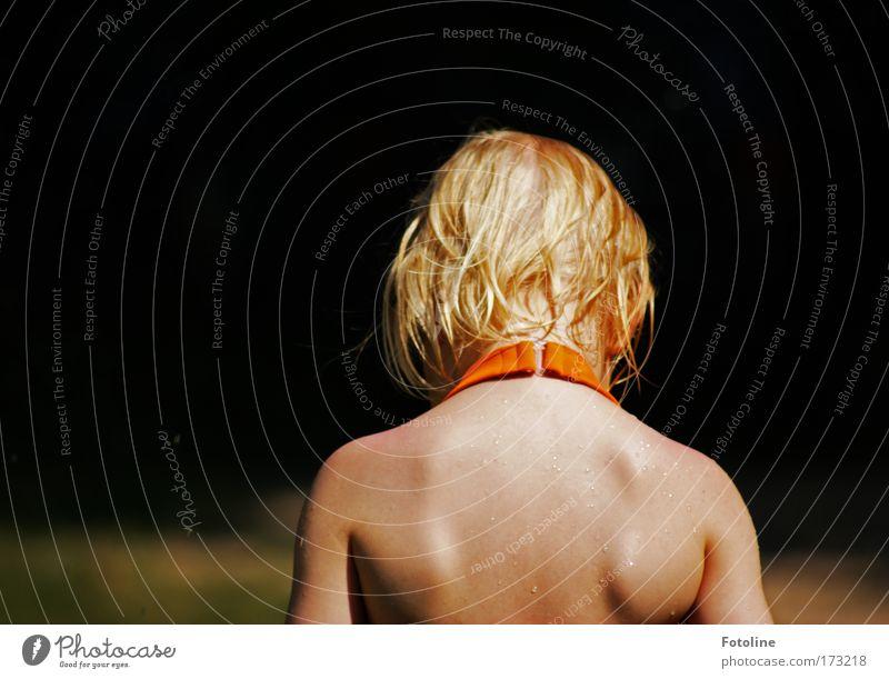 In Gedanken Farbfoto Textfreiraum links Tag Oberkörper Rückansicht Mensch feminin Haut Kopf Haare & Frisuren Rücken Arme 1 Natur Wasser Wassertropfen Sonne