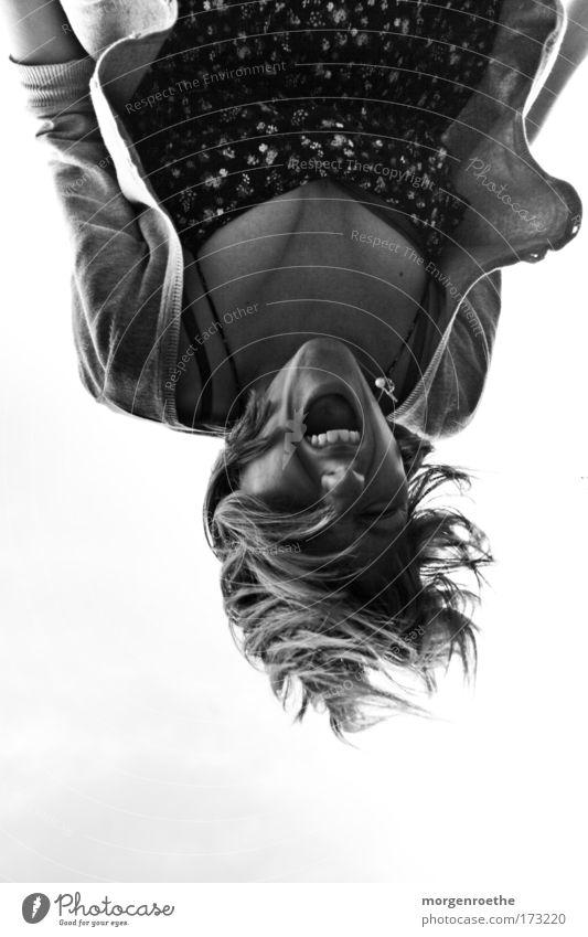 verkehrte welt Schwarzweißfoto Außenaufnahme Oberkörper Blick in die Kamera Spielen Sommer feminin 1 Mensch Himmel Kleid hängen schreien frech schwarz