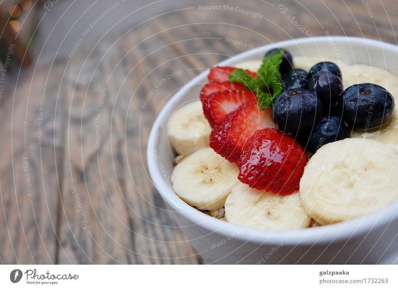 Acai-Schüsselerdbeerblaubeer-Bananenholztisch Joghurt Frucht Dessert Ernährung Frühstück Vegetarische Ernährung Diät Schalen & Schüsseln Sommer frisch lecker