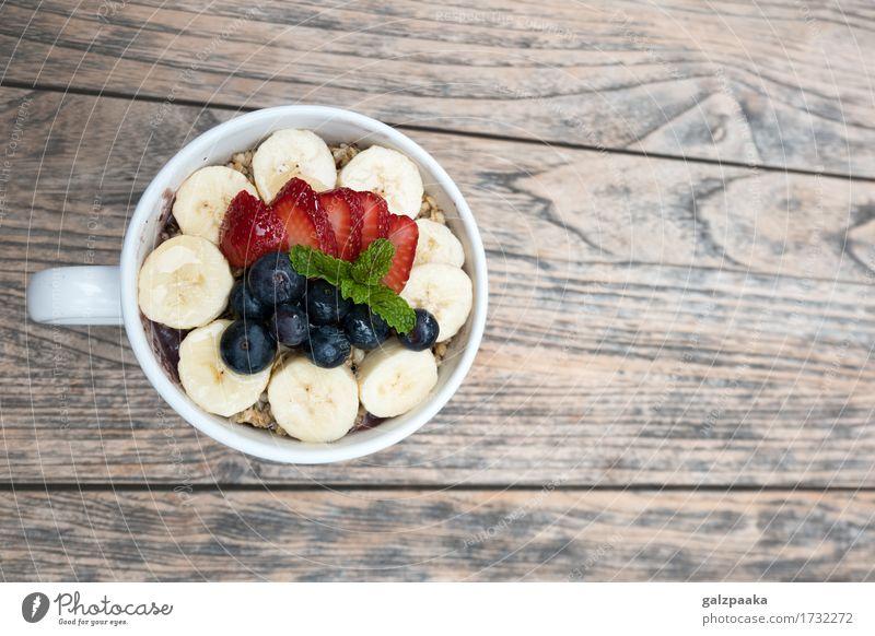 Acai-Schüsselerdbeerblaubeer-Bananenholztisch Sommer Gesunde Ernährung Gesundheit Gesundheitswesen Frucht frisch Energie süß Wellness lecker Wohlgefühl