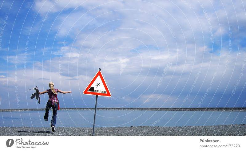 Schild? Welches Schild? Mensch Himmel Jugendliche Sommer Freude Strand Wolken Erwachsene feminin Umwelt Landschaft springen Küste Luft See Freundschaft