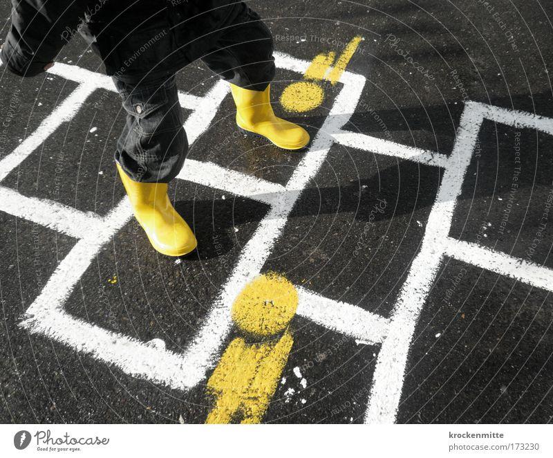 Billie Jean Farbfoto Schatten Spielen Kinderspiel Himmel (Jenseits) Hölle maskulin 1 Mensch 3-8 Jahre Kindheit Hose Jacke Stiefel Gummistiefel gelb weiß Freude