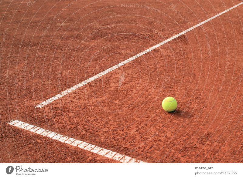 Packman kann fliehen Sommer weiß rot Freude gelb Sport Spielen Sand Linie liegen Freizeit & Hobby Schönes Wetter Bodenbelag trocken sportlich Ball