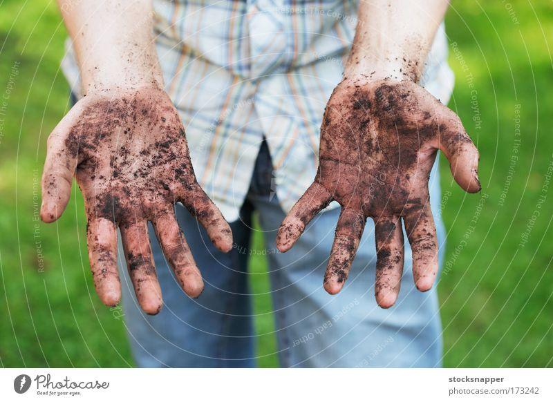 Verschmutzte Hände Gärtner Tag Finger zeigend Boden Gartenarbeit Schmutz Handfläche Handflächen dreckig Außenaufnahme