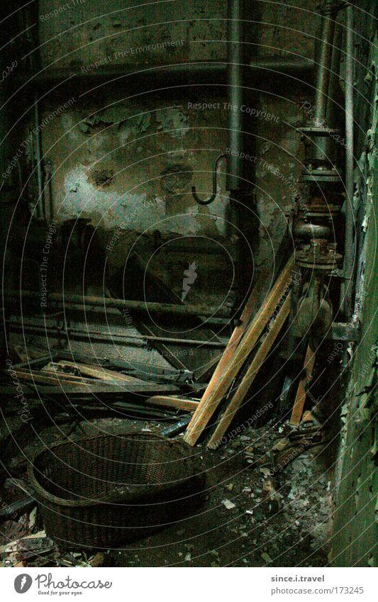 Räum doch mal auf hier... alt grün schwarz Holz Metall dreckig Fabrik kaputt Backstein Stahl Röhren Rost Zerstörung Industrieanlage Korb