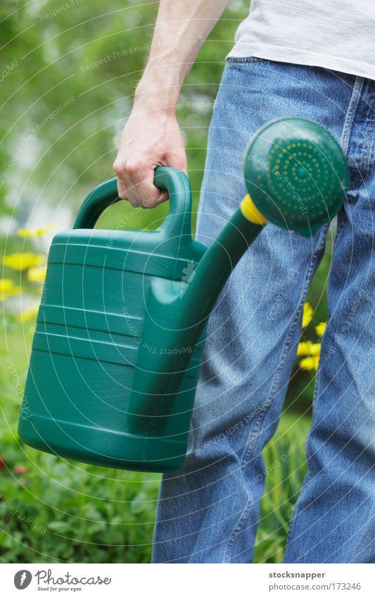 Gießkanne im Freien Sommer Tag Ausguss Garten Arbeit Gerät Gartenarbeit Wasser tragen Beteiligung Griffe Hand Dose Kunststoff grün greifen Außenaufnahme