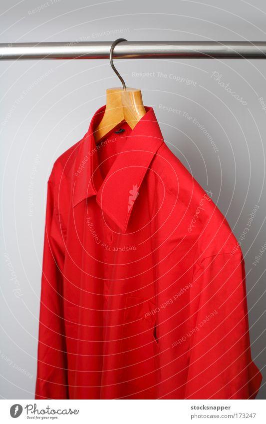 Rotes Hemd rot Herren Schrank Farbe erhängen Kleiderbügel Bekleidung Single Mode Objektfotografie