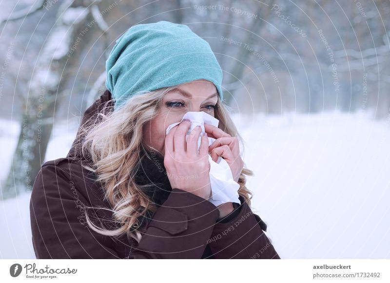 Frau bläst sich im Winter die Nase Mensch Natur Jugendliche Junge Frau Wald Erwachsene kalt Lifestyle Schnee feminin Gesundheit Park Wetter Textfreiraum