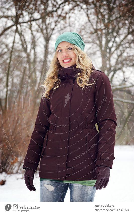 Mensch Frau Natur Jugendliche Junge Frau Freude Winter Wald Erwachsene kalt Lifestyle Schnee feminin Mode Park Wetter