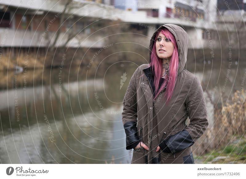 Frau mit rosa Haaren in düsterer Umgebung Lifestyle Mensch Junge Frau Jugendliche Erwachsene 1 18-30 Jahre Subkultur Punk Flussufer Stadt Menschenleer Tattoo