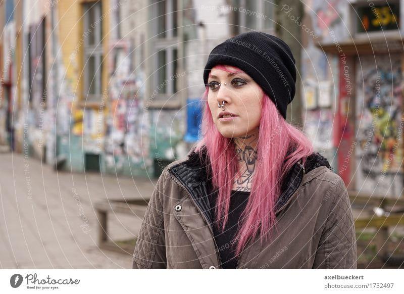 gepiercte und tätowierte Frau vor Graffiti bedecktem Gebäude Mensch Jugendliche Stadt Junge Frau Einsamkeit 18-30 Jahre Erwachsene Traurigkeit Lifestyle Denken