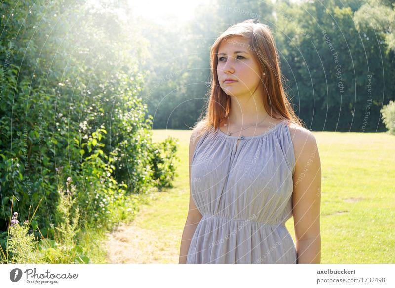 Mensch Frau Natur Jugendliche Sommer Junge Frau Sonne Landschaft 18-30 Jahre Erwachsene Lifestyle feminin Garten Denken Park Textfreiraum