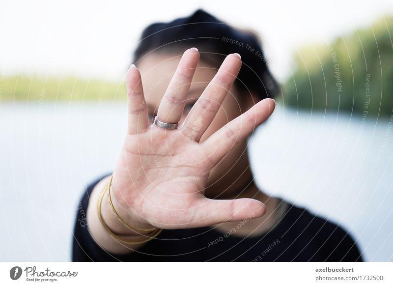 Mensch Frau Jugendliche Junge Frau Hand 18-30 Jahre Erwachsene Lifestyle Angst Schutz stoppen verstecken Identität anonym blockieren gestikulieren