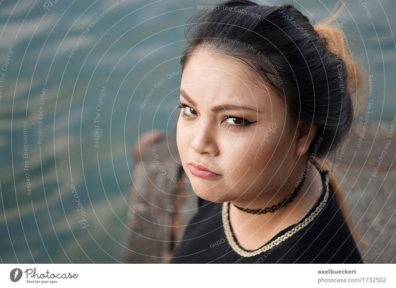 Mensch Frau Jugendliche Junge Frau 18-30 Jahre Erwachsene Gefühle lustig feminin See Stimmung Textfreiraum Fluss Frustration Asiate Ärger