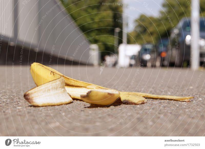 verworfene Bananenschale auf dem Bürgersteig Stadt Fußgänger Straße Vorsicht Versicherung Fußweg Boden abgeworfen Textfreiraum Unfall Risiko Rutschgefahr