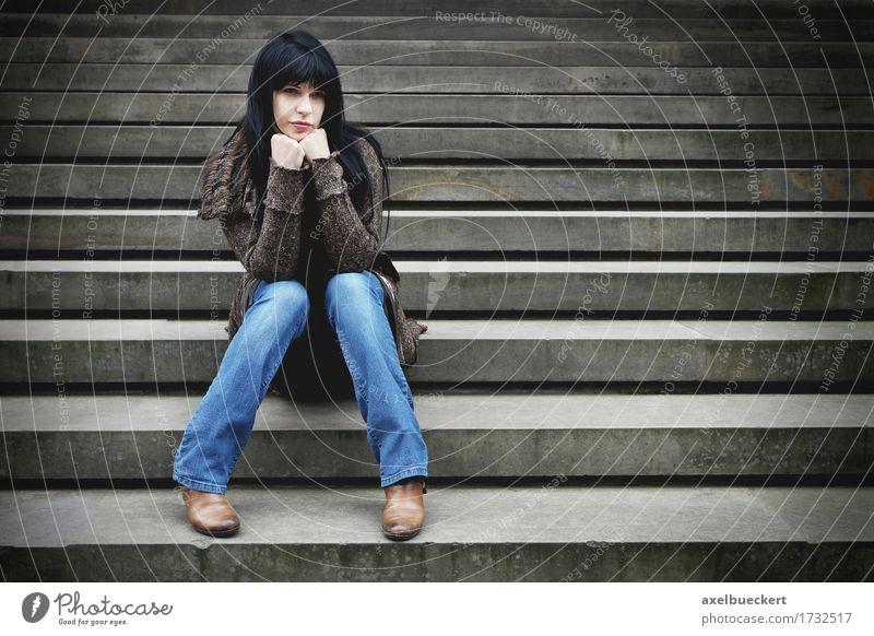 einsame Frau sitzt auf den Stufen Mensch Jugendliche Junge Frau Einsamkeit 18-30 Jahre Erwachsene Traurigkeit Gefühle Lifestyle Denken Stein Stimmung träumen