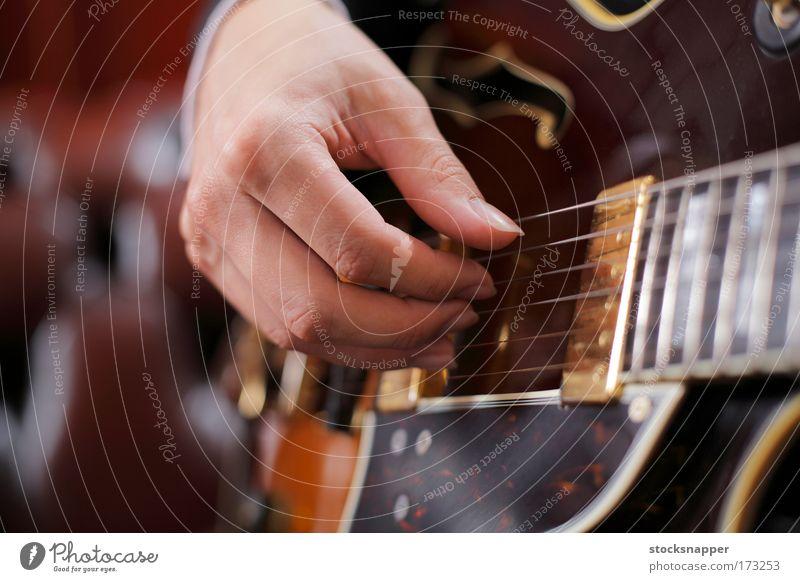 Gitarrenauswahl Gitarrenspieler Hand Finger Fingersatz Kommissionierung Hacke gepflückt Jazz Instrument Musik Klang Saite Genauigkeit Nahaufnahme