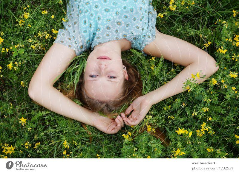 junge Frau liegt kopfüber auf Blumenwiese Junge Frau liegen Natur Erholung Lifestyle Freizeit & Hobby Sommer Garten Mensch Jugendliche Erwachsene Frühling Gras