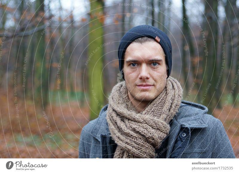 junger Mann im Wald Lifestyle Stil Winter Mensch maskulin Junger Mann Jugendliche Erwachsene 1 18-30 Jahre Natur Landschaft Herbst Mantel Schal Hut Mütze
