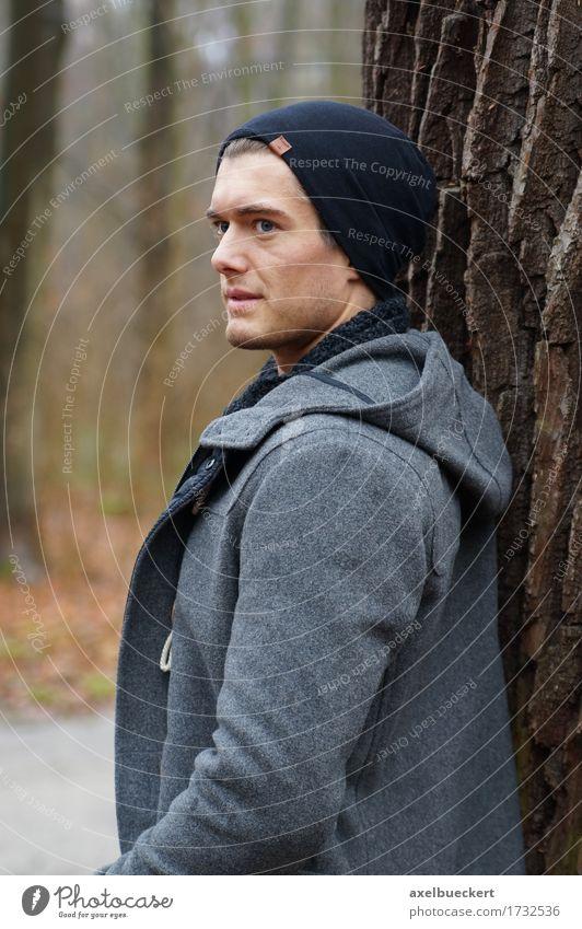 Mensch Jugendliche Mann Baum Junger Mann Einsamkeit Winter Wald 18-30 Jahre Erwachsene Traurigkeit Herbst Lifestyle maskulin modern stehen