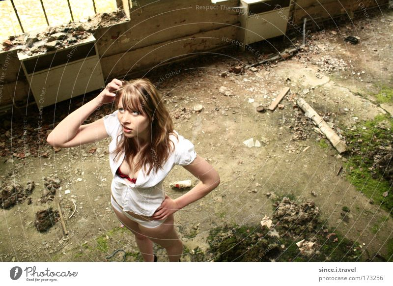 Wassn hier los? Mensch Jugendliche weiß grün feminin Wand Holz grau Mauer Gebäude Denken Metall dreckig blond Erwachsene Beton