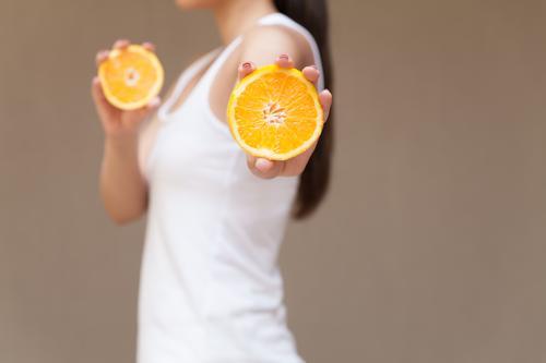 Vitamine Mensch Essen Sport feminin Gesundheit Lebensmittel Haare & Frisuren orange Frucht frisch Ernährung Körper Kraft Orange Fröhlichkeit Fitness