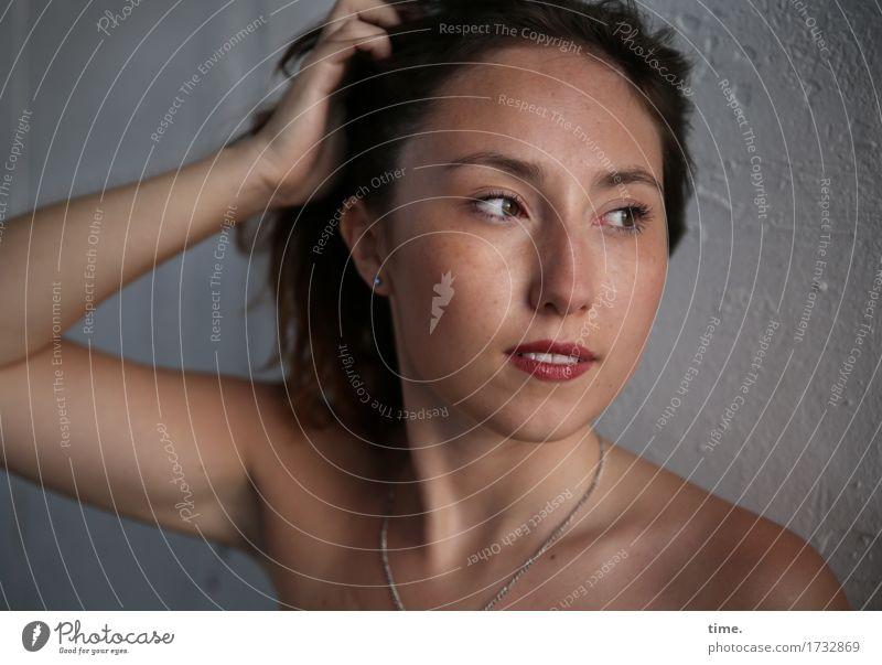 . feminin Frau Erwachsene 1 Mensch Mauer Wand Halskette brünett langhaarig beobachten Bewegung entdecken Blick Neugier schön Gefühle selbstbewußt Mut