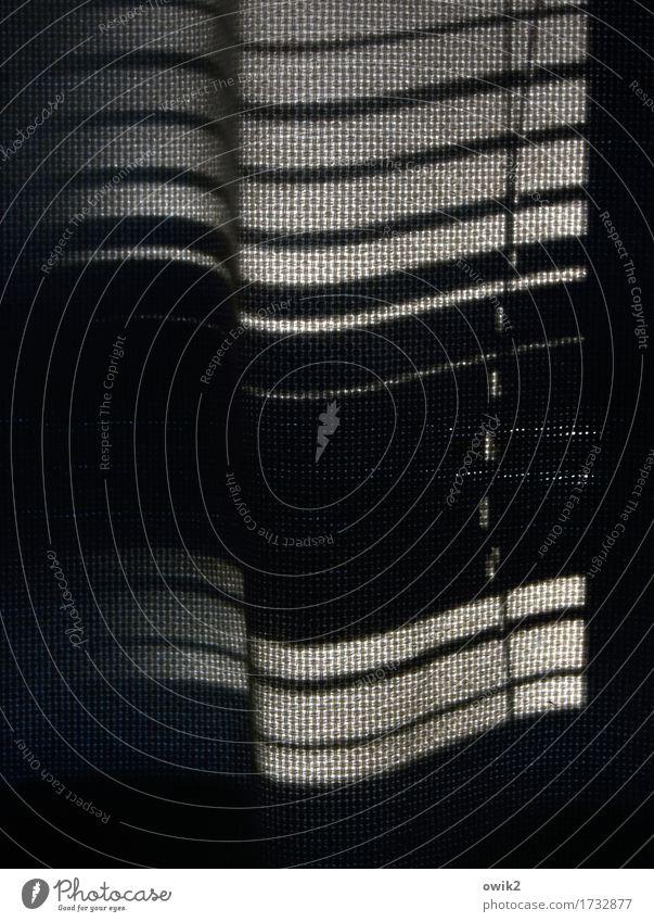 Vorhang auf Wellen Fenster Jalousie Lamellenjalousie hängen dunkel nah wellig Stoff rau Schwarzweißfoto Innenaufnahme Detailaufnahme Muster Strukturen & Formen