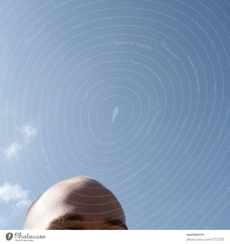 Freier Kopf Mann Himmel blau Gefühle Denken Erwachsene verrückt Hoffnung bedrohlich Glatze Schönes Wetter Erwartung Überraschung Vorfreude Skinhead