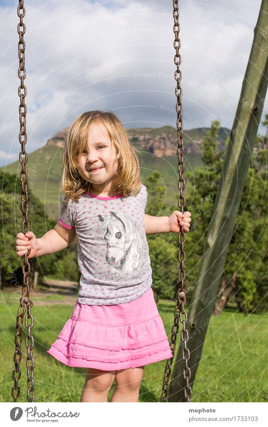 Himmelsschaukel Mensch Kind Natur Ferien & Urlaub & Reisen Sommer Landschaft Freude Mädchen feminin Gesundheit Spielen lachen Garten Park Kindheit Lächeln