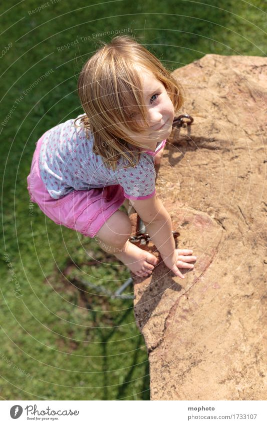 Himmelsstürmer #1 Mensch Kind Natur Freude Mädchen Wiese Spielen Glück maskulin Ausflug Kindheit gefährlich Lächeln Lebensfreude Abenteuer Höhenangst