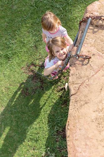 Himmelsstürmer #4 Mensch Kind Natur Freude Mädchen Bewegung Gras Familie & Verwandtschaft Spielen Zusammensein blond Kindheit Fröhlichkeit festhalten Klettern