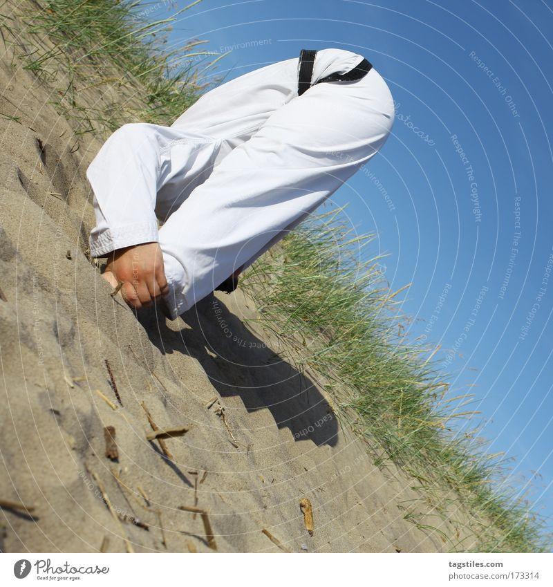 DEN KOPF IN DEN SAND STECKEN Himmel Bewegung Kopf Sand Kraft Kraft kaputt Konzentration verstecken Sport-Training Kontrolle beweglich Sportler Ausdauer Kampfsport Textfreiraum