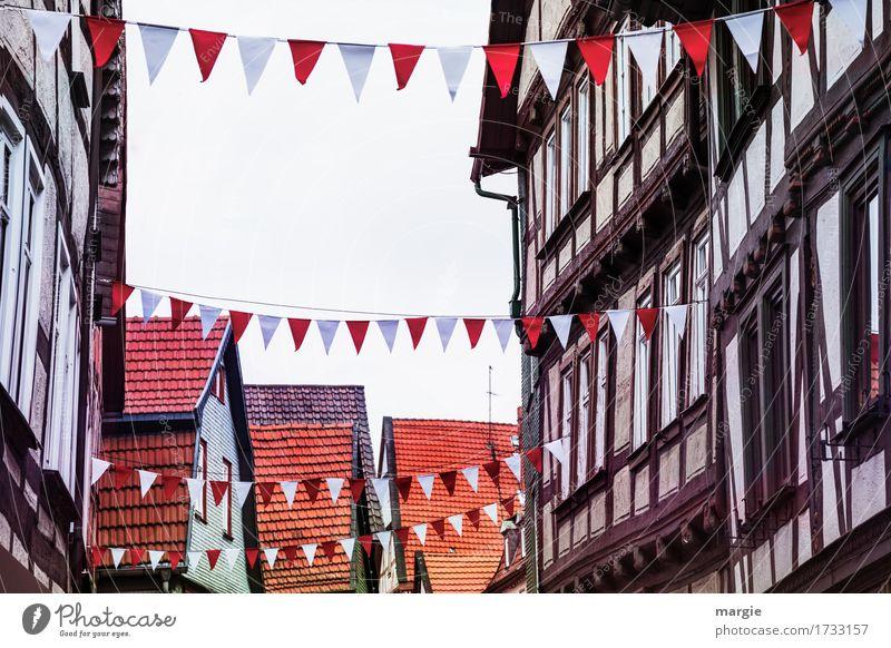 AST 9 | Heute wird gefeiert! Fachwerkhäuser geschmückt mit weiß roten Fahnen Dorf Kleinstadt Stadt Stadtzentrum Altstadt Fußgängerzone Haus Einfamilienhaus