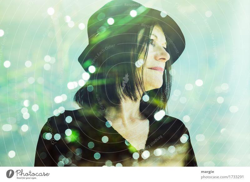 Lady in green, eine junge Frau mit Hut umgeben von vielen Lichtern Schnee Mensch feminin Erwachsene 1 grün schwarz Glaube träumen Heimweh Fernweh Traurigkeit