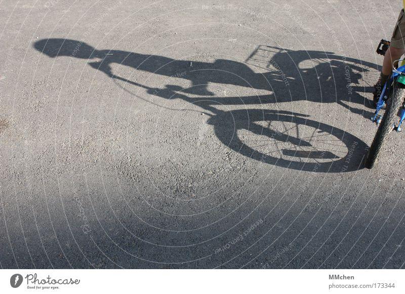 Helmpflicht Mensch Kind Sommer Freude Straße Spielen Freiheit Wege & Pfade Bewegung Fahrrad Freizeit & Hobby warten sitzen stehen Sicherheit fahren