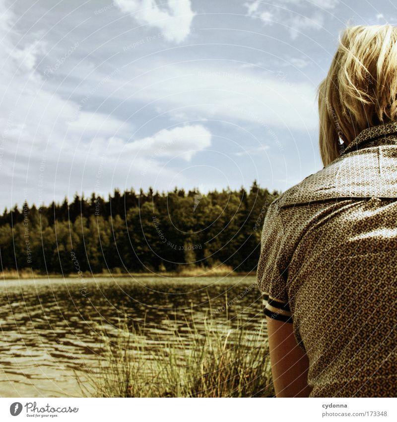 Ein Stückchen Mensch Frau Himmel Natur Jugendliche Wasser Sommer Einsamkeit ruhig Erwachsene Wald Ferne Erholung Umwelt Landschaft Leben