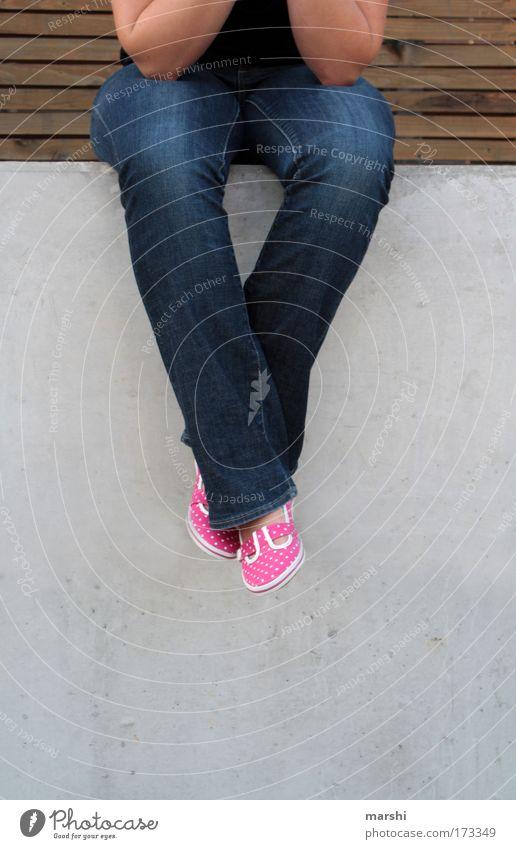 rumhängen Mensch Freude Erholung feminin Gefühle Holz Stein Schuhe Beine warten Arme rosa sitzen Perspektive Coolness Jeanshose